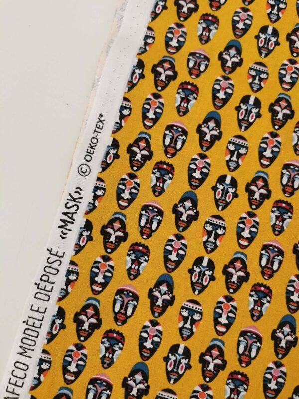 tela amarilla de máscaras