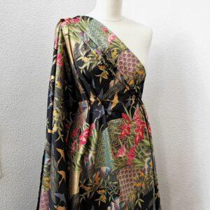 Kimono negro y dorado con iris